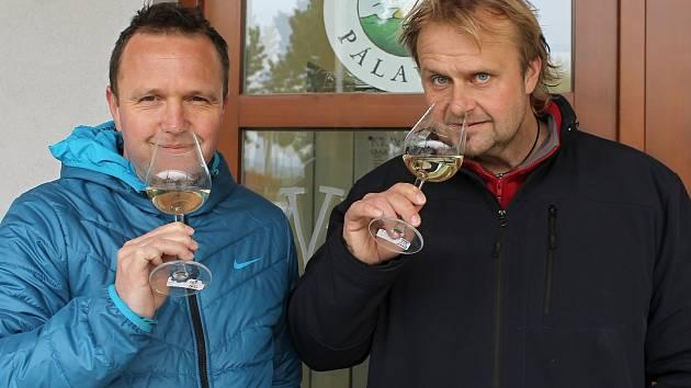 Pro rodáka z Brna, vystudovaného ekonoma a producenta filmových Bobulí nebo seriálu Vinaři Tomáše Vicana (vpravo), se víno stalo celoživotní vášní a láskou. Vše vyvrcholilo tím, že si nyní v Bulharech na Břeclavsku otevřel vlastní vinařství.