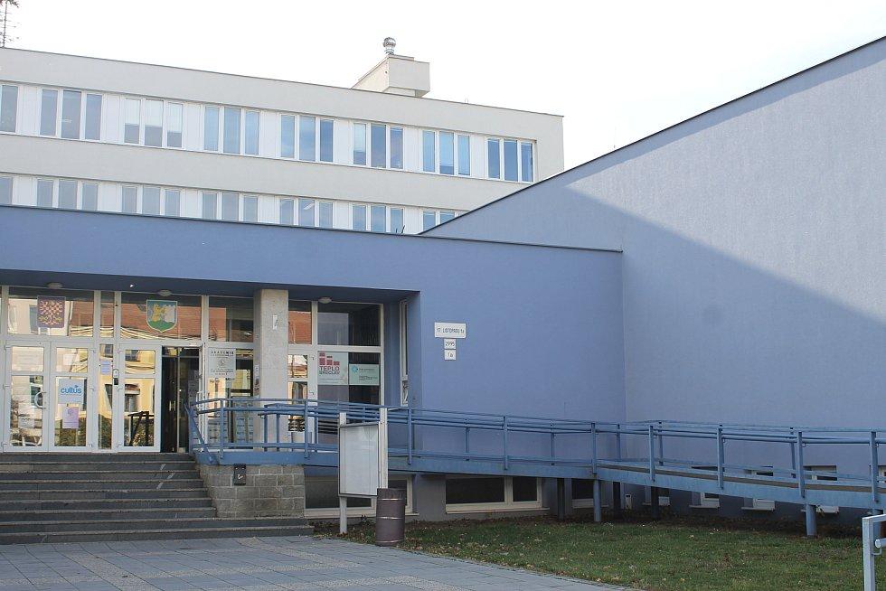 OV KSČ sídlil v nynějším Domě školství v ulici 17. listopadu. Výkup domů pro výstavbu nového sídla začal v roce 1976.