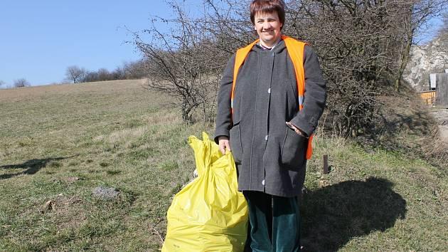 Klientka klentnického zařízení Srdce v domě Eva Kačerová čtyři hodiny denně zvelebuje Klentnici a okolí.