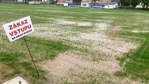 Hřiště v Hustopečích má při dešti problémy.