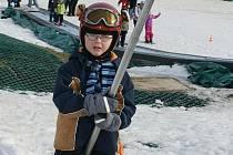 Po oteplení a roztání sněhu je těžké uvěřit, že lyžařský areál v Němčičkách funguje dál bez jakéhokoliv omezení.