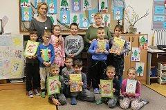 Žáci 1. třídy ze Základní školy ve Starovičkách s paní učitelkou Ivanou Bajkovou (na fotce vlevo).