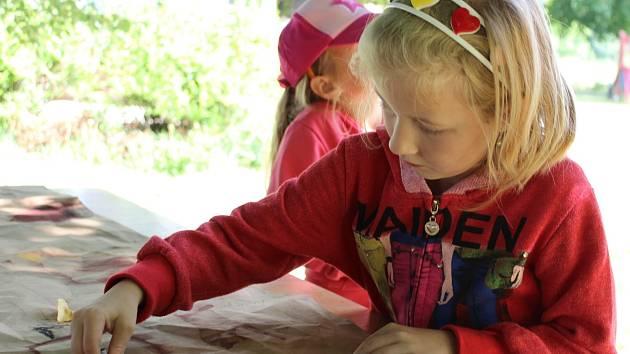 Děti z břeclavských základních škol zažily na Duhovce den dětí v pravěku.