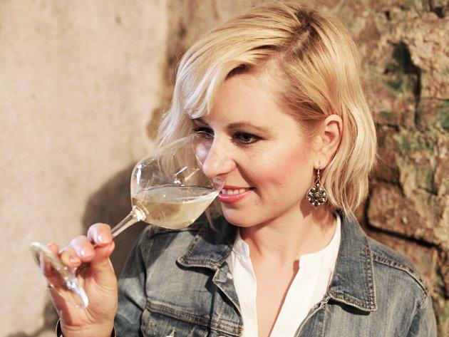 Petra Tomčalová z Kobylí měla netradiční nápad s ochutnávkami vín od moravských vinařů po síti. S internetovým projektem eDegustace slavila úspěch v krajském kole soutěže Rozjezdy roku.
