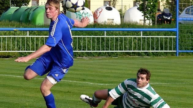 Ledničtí fotbalisté (v modrém) po poločase otočili zápas s Bořeticemi.