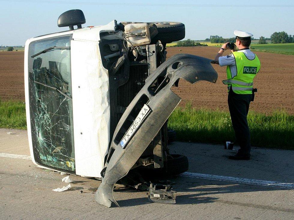 Jedenáct lidí se ve středu odpoledne zranilo při nehodě mikrobusu na osmačtyřicátém kilometru dálnice D2 ve směru na Brno.