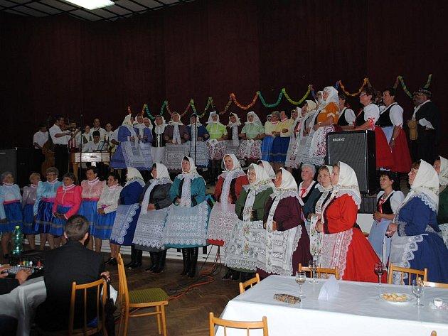 Již pošesté se v sobotu setkaly v kulturním domě v Bulharech ženské pěvecké sbory, letos mimořádně obohacené bohatýrskými mužskými hlasy.