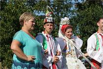 Krojovaní ve Valticích zavedli novou tradici. Navštěvují důchodce v zahradě tamní léčebně dlouhodobě nemocných