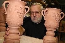 Keramik Ivan Hodonský, předseda Sdružení břeclavských výtvarníků.