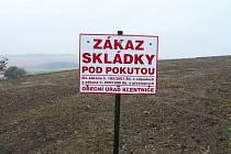 V místě, kde do konce června příštího roku vznikne park, je navezená zemina a cedule zakazující skládku.