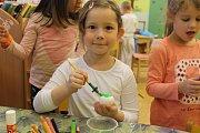 Déšť byl proti tomu, aby šly děti z lanžhotské mateřské školy ven. Na Zelený čtvrtek se tak s hrkači i řechtačkami prošly jen po školní třídě. Některé z nich byly v krojích.