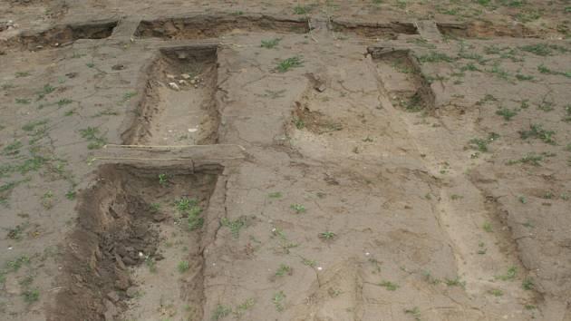 Pracovníci z brněnského archeologického ústavu odkrývají pozůstatky římského ležení u Pasohlávek.