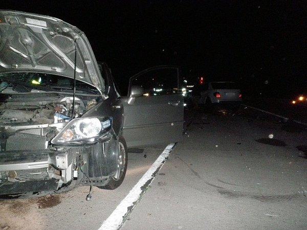 Záchranáři odvezli po dopravní nehodě na dálnici dva lidi do nemocnice. UVelkých Němčic se vnoci na čtvrtek čelně střetla dvě osobní auta.