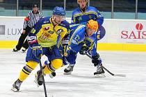 Břeclavští hokejisté (v modrém) bojovali s Přerovem urputně, ale na body nedosáhli.