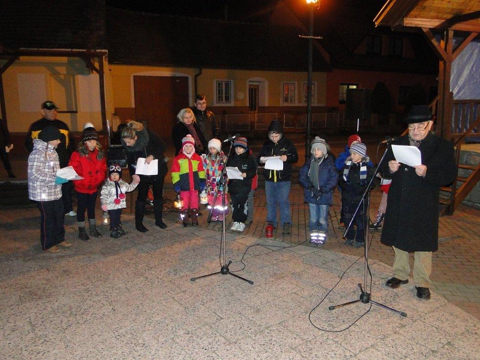 Lidé při akci Česko zpívá koledy v Bořeticích.