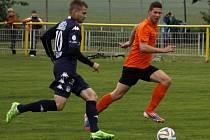 Fotbalisté Charvátské Nové Vsi (v oranžovém) dostali od Slovácka ve vzájemném zápase dvaadvacet gólů.