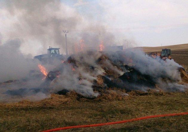 Hasiči v sobotu zasahovali u požáru v Uherčicích. Na poli začala hořet sláma na valníku.