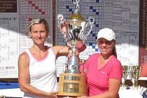 Renata Strušková (vlevo) a Eva Filipová pózují v Prostějově s pohárem pro vítěze ženského deblu.