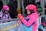 V Němčičkách zahájili v sobotu 7. prosince kurzy v lyžařské škole. Kapacita je zcela zaplněná. Učit lyžovat se na nejníže položeném svahu ve střední Evropě bude na 380 dětí.