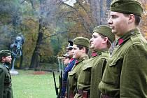 Vojáci v prvorepublikých uniformách vypálili u zámku Pohansko slavnostní salvu.