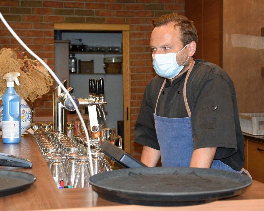 Zahrádku svojí restaurace Včelařský dvůr hned v pondělí otevřel i Roman Češka v Lednici