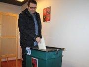 """Krátce po otevření volebních místnosti ve Vyškově odvolil i tamní starosta Karel Goldemund. """"Koho jsem volil, neprozradím. Ale předpokládám, že výsledek v první kole nepadne,"""" okomentoval."""