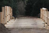 Jinak tichou zimní krajinou v lednickém parku se v těchto dnech často nese zvuk řvoucí motorové pily či kladiva. Dělníci tam pracují na obnově staletých mostů. Minaret se turistům otevírá v dubnu, do té doby by opravy měl být hotové.