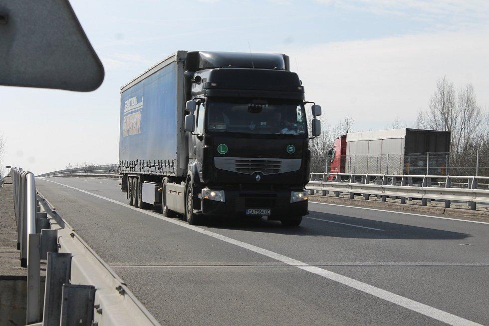 Dálnice D2 byla ve čtvrtek dopoledne u hraničního přechodu ve směru na Slovensko částečně zablokovaná. Slovenská strana nepouštěla kamiony, tvořily se kolony.