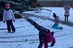 Hustopečští prvňáci si užili tělocvik ve sněhu. Foto: Vladimíra Mačková