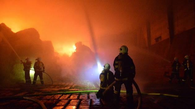 V noci na pondělí zaměstnal hasiče požár sena ve Velkých Bílovicích.