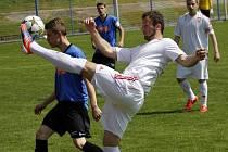 Fotbalisté Lanžhota (v bílém) postupují o soutěž výš