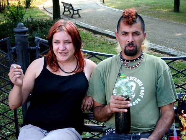 Skupinky lidí v sociální nouzi popíjí nedaleko břeclavského vlakového nádraží každý den.