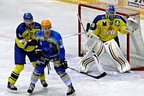 Tomáš Blaha (v modrém) čeká, odkud přiletí puk na přerovskou branku.
