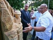 Socha Charváta má symbolizovat zástupce skupiny lidí, kteří na jižní Moravu přišli před téměř pěti sty lety. Autorem díla je starobřeclavský řezbář Josef Fröhlich.