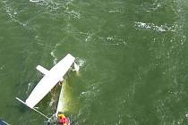 Hasiči a vodní záchranáři měli v neděli plné ruce práce. Zachránili jedenáct lidí, s kterými se při závodu plachetnic v dolní novomlýnské nádrži plavidla převrhla a skončili ve vodě.