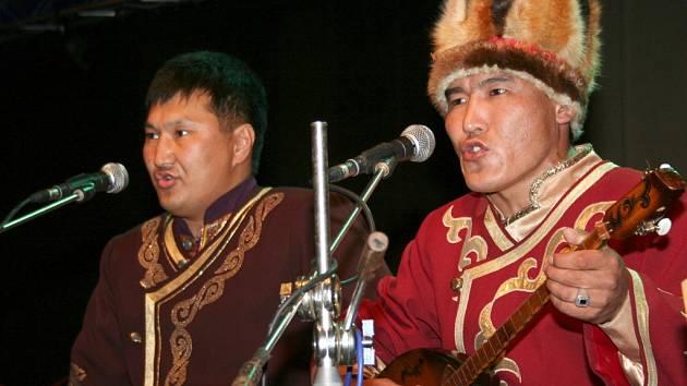 Altai Kai předvádí hrdelní zpěv.