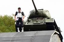 Petr Kuchař se chystá na skok přes tank