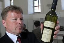 Na snímku valtický vinař Ludvík Budín ze společnosti Moravíno, který získal šampiona bílých vín za Sauvignon 2011, pozdní sběr.