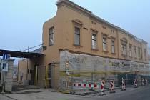 Mikulovská budova, v nníž je pobočka pošty, nyní vypadá jako po náletu. Chybí v ní patra. Je to kvůli rekonstrukci, díky níž má historická stavba vstát z popela.