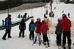 Na sjezdovce mezi vinohrady v Němčičkách už děti v kurzech i další zájemci lyžují na sněhu. Díky sněhovým dělům a teplotám pod nulou.