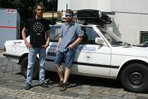Mladí dobrodruzi Adam Stohanzl a Jaromír Toncr se vypraví na dalekou cestu třicet let starým BMW.