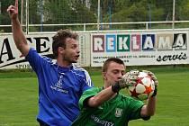 Lednický Miroslav Pekárek (v modrém) signalizuje rohový kop po zákroku brankáře MSK Fibingra.