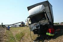 Nákladní auto s vlekem smetlo osobní vůz s šipkou varovného značení.