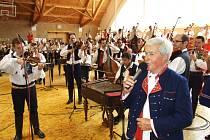 V Dubňanech se sešlo sto sedm muzikantů a vytvořili tak největší cimbálovou muziku, jaká kdy lidem zahrála.