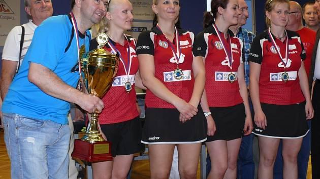 Trenér Petr Nedoma drží pohár pro vítěze ženské extraligy. Jeho svěřenkyně dokázaly zdolaly všechny překážky.
