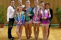 Břeclavské gymnastky kombinovaném programu se svými trenérkami.