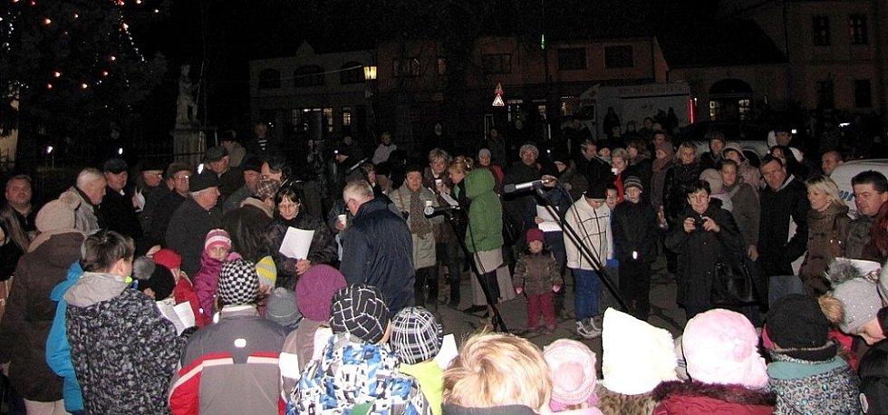 V Pohořelicích zpívalo na náměstí tři sta lidí. Nejvíce v okrese.