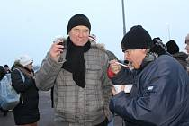Obyvatelé Mikulova a rakouského Drasenhofenu se i letos společně na Silvestra potkají na hranicích. Toto setkání má jíž třicetiletou tradici. Na snímku setkání z konce roku 2014