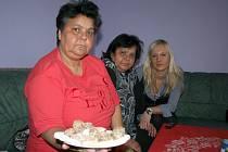 Julie Kotlárová (s cukrovím), sestra Marta Suchá (uprostřed) a vedoucí azylového domu v Břeclavi Veronika Heklová si při setkání mají o čem povídat.