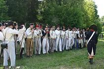 Desítky nadšenců v uniformách z doby napoleonských válek obsadily o víkendu Mikulov a Valtice. Ve valtickém zámeckém areálu našli vojáci dočasný azyl, chystali se na bitvu a cvičili. Část z nich se v sobotu odpoledne zúčastnila bojů v Mikulově.